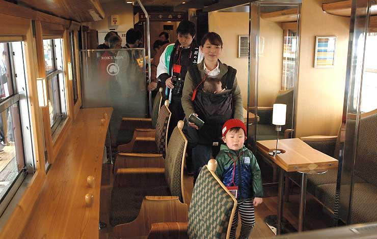 黒姫駅に停車した「ろくもん」の車内を見学する家族連れら