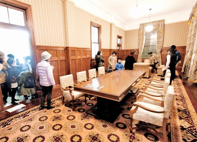 【貴賓室】豪華なじゅうたんや布張り、いすは見つかった資料から忠実に復元