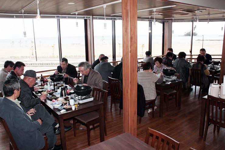 富山湾を一望しながら食事を楽しめる番屋亭の2階スペース=氷見市北大町