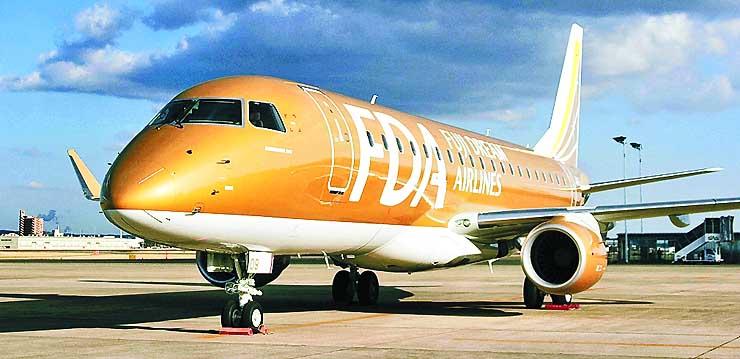 フジドリームエアラインズが新たに導入した金色の航空機=23日午後、愛知県豊山町
