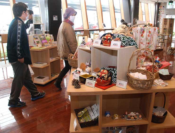 飯山市や周辺市町村の土産品が並ぶ観光案内所