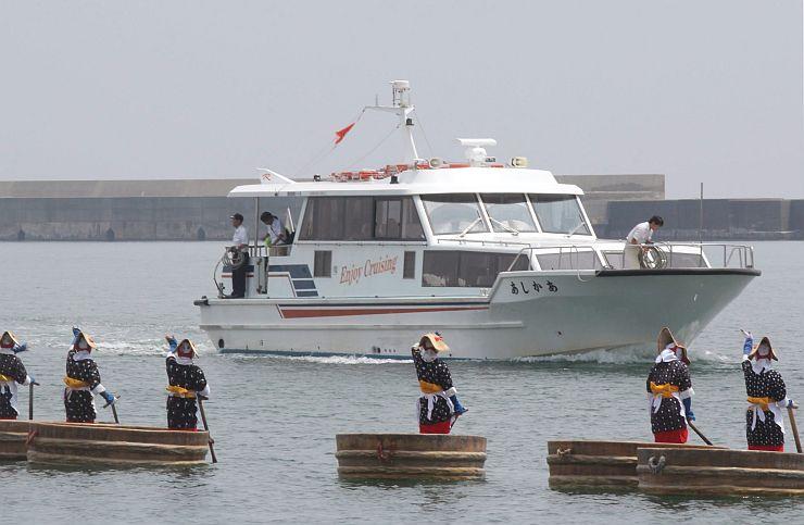 小木港と珠洲市・飯田港を結び運航された高速船あかしあの様子=2014年7月、佐渡市小木町