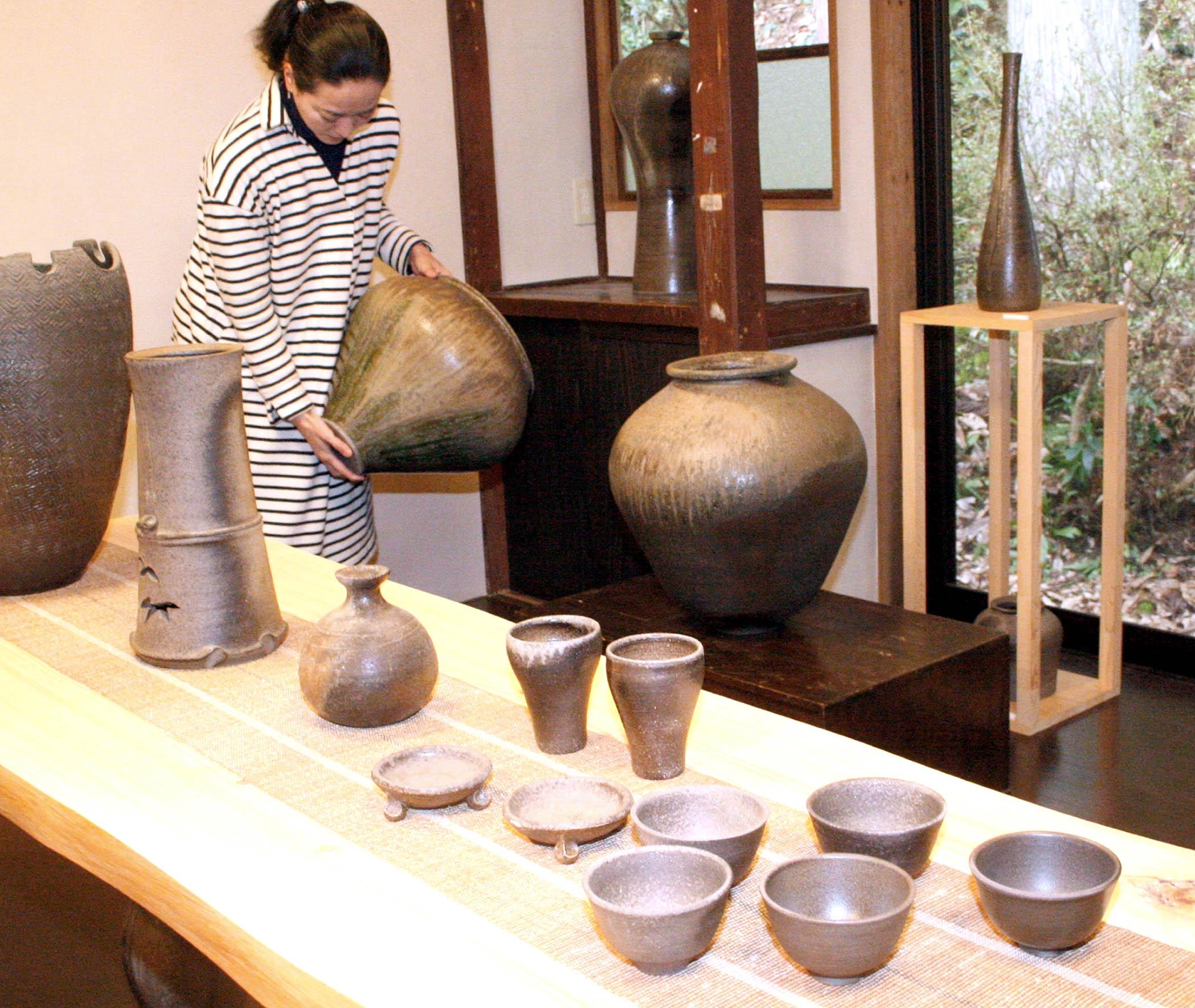 作品展に並ぶ現代陶工の作品=珠洲市内