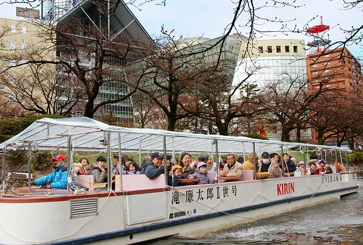 園児らを乗せて進む遊覧船=富山市新桜町の松川