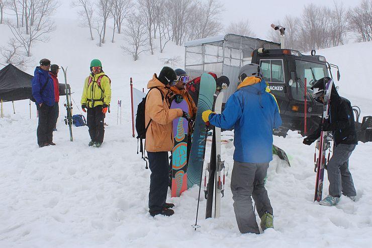 雪上車で上がり、バックカントリーを楽しむツアー参加者=妙高市両善寺