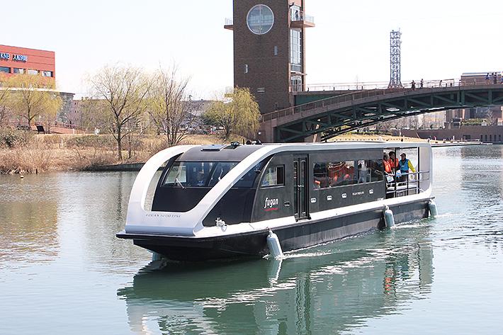 富岩水上ラインで就航した新艇「fugan」=富山市の富岩運河環水公園