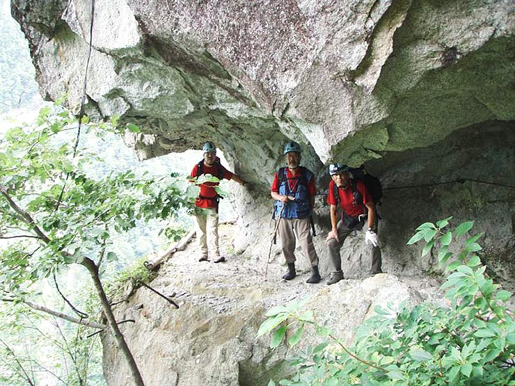 「日本一危険な温泉」ツアーでルートとなる黒部峡谷の水平歩道