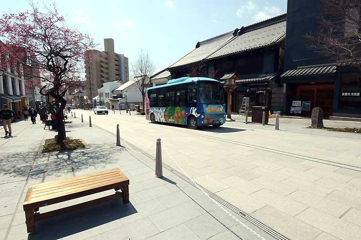 長野市が石畳化や歩道拡幅の工事を終えた中央通り。歩道にはベンチも置いた=26日