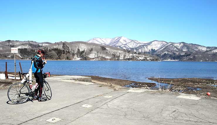 残雪の山々に囲まれた野尻湖=27日、信濃町