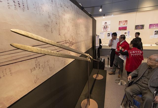全国の刀匠たちがアニメ「ヱヴァンゲリヲン」に登場する刀剣を再現した「ヱヴァンゲリヲンと日本刀展」の内覧会=27日、福井市立郷土歴史博物館