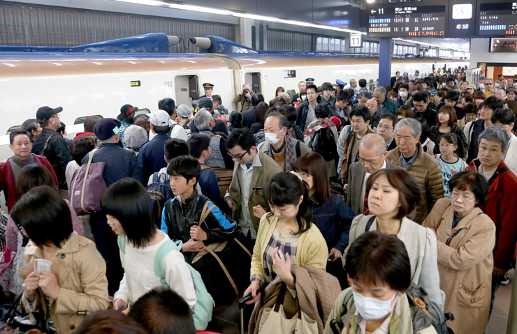 春休みを利用した観光客らで混雑する新幹線のホーム=28日午前10時50分、JR金沢駅