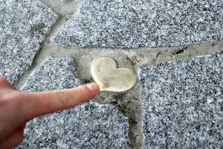 """石畳の通りに埋め込まれた""""小さなハート""""=高岡市金屋町"""