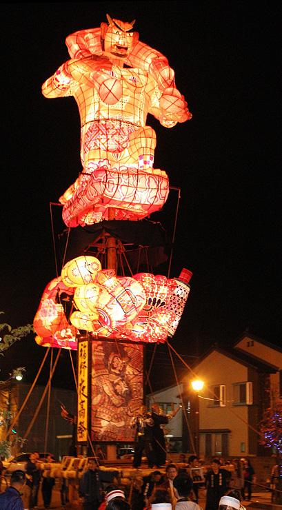 前夜祭の呼び物として人気を集める「文久の大行燈」=昨年4月、JR福野駅前