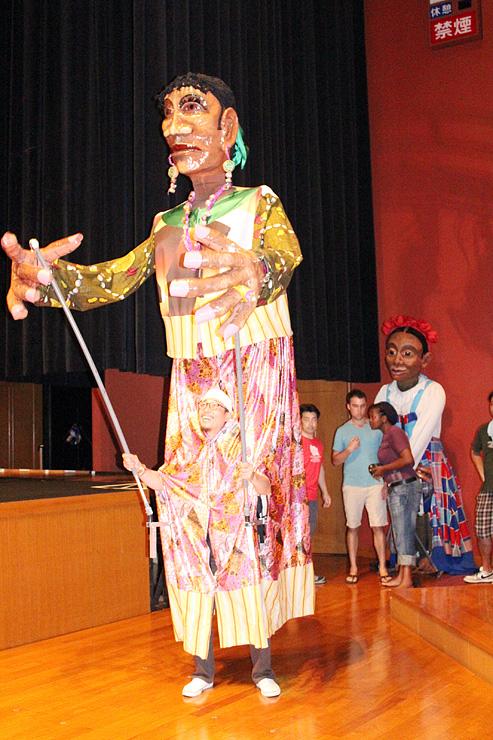 福野夜高祭の前夜祭に登場する巨大人形=南砺市福野文化創造センター
