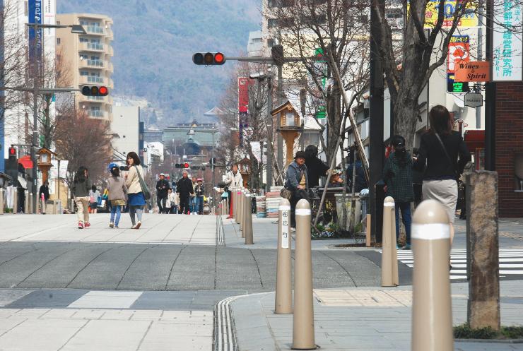 歩道が拡幅され、石畳になった長野市の中央通り。この日は歩行者天国となり、多くの人でにぎわった