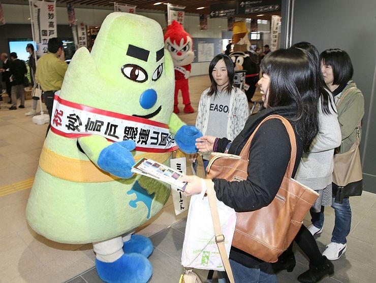 上越妙高駅で妙高戸隠連山国立公園のパンフレットを配ったPRイベント=27日、上越市