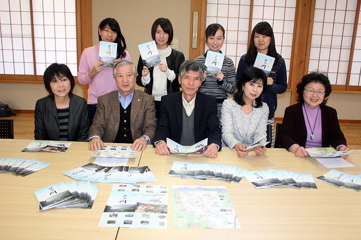 完成したマップを紹介する小林会長(前列左から2人目)や学生ら