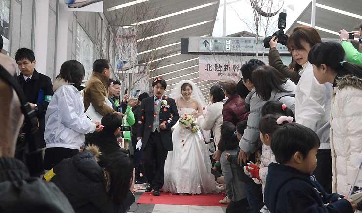 新幹線が延伸開業した14日、軽井沢ウエディング協会が行った公開挙式=軽井沢町の軽井沢駅