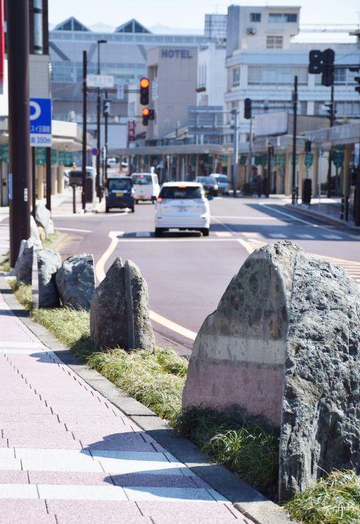 歩道脇に並べられた糸魚川を代表する岩石(糸魚川市)