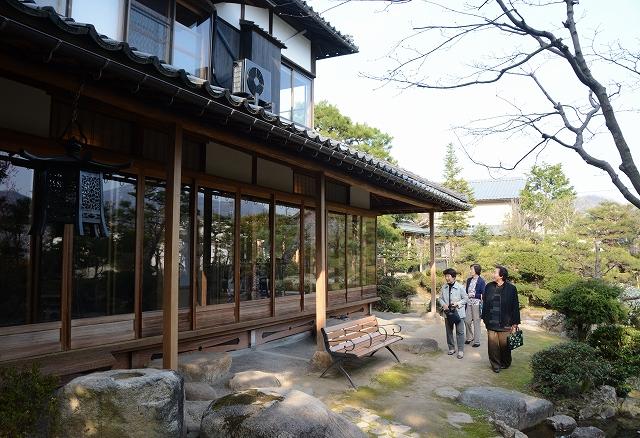 一般公開が始まった愛山荘の本館=31日、福井県越前市若竹町