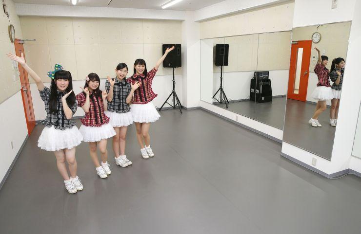 ライブハウスや音楽・ダンス向けスタジオを備える「柳都オレンジスタジアム」。ご当地アイドルのRYUTistがPRした=31日、新潟市中央区