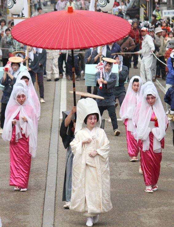 狐に扮した花嫁が津川の目抜き通りを練り歩いた「第25回つがわ狐の嫁入り行列」=2014年5月3日午後6時すぎ、阿賀町津川