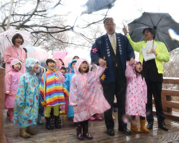 桜雲橋を渡り、問屋門前で「開門」と声を上げる保育園児ら
