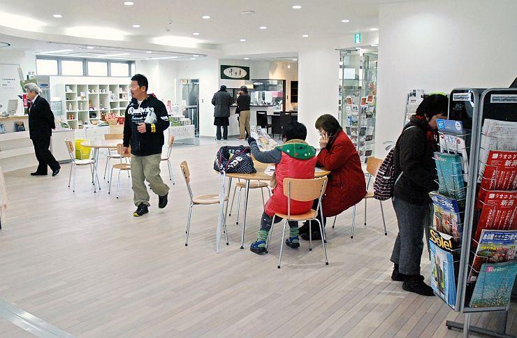 オープンした十日町市総合観光案内所。イベントや待ち合わせにも使える=1日、ほくほく線十日町駅