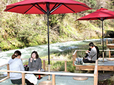 加賀市山中温泉の「鶴仙渓」に川床設置