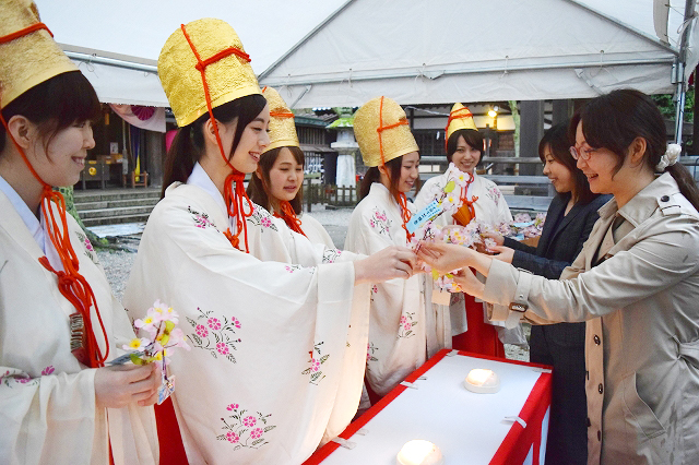 福娘と初花換えをする式の参加者=1日夕、福井県敦賀市の金崎宮
