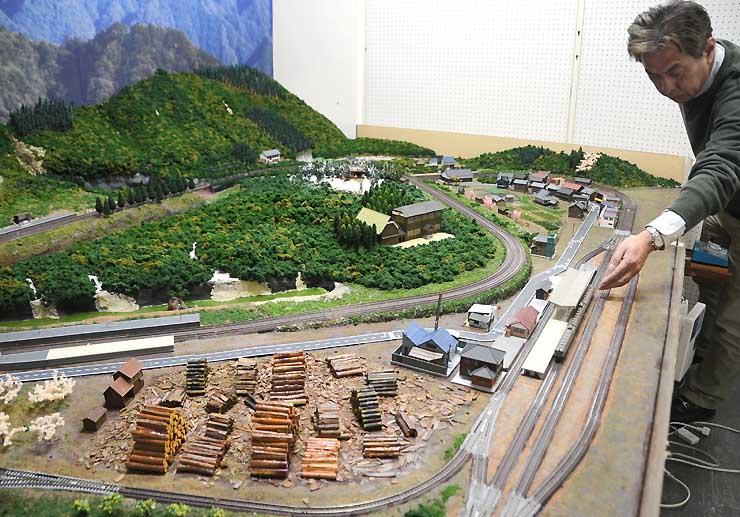 貯木場(手前)、JR平岡駅(右)、旧平岡小の校舎(中央)などをイメージした模型が設置された飯田線のジオラマ=2日