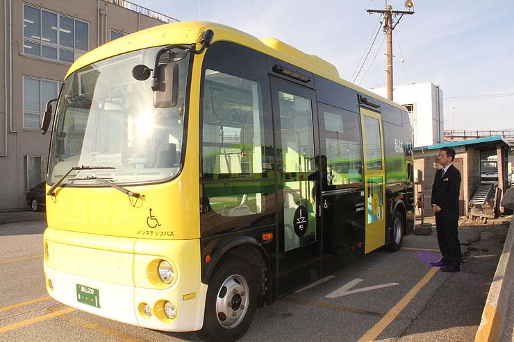 高岡市内の観光スポットを回るバス=加越能バス
