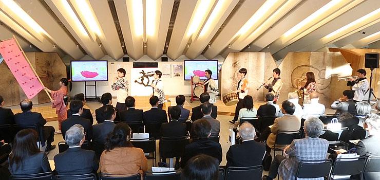 1月に東京芸大で開かれたシンポジウムで、チンドンを披露する学生たち