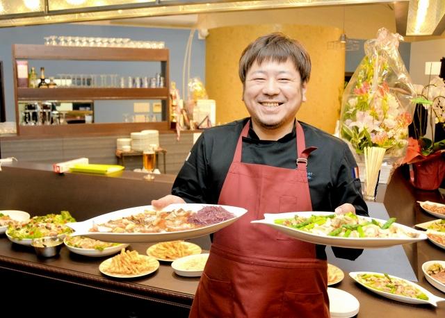 料理を手に笑顔を見せる畑さん=坂井市三国町米ケ脇2丁目の「サミュゼ」