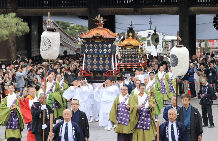大勢の参拝者に見守られ、大勧進から善光寺本堂へ向かう前立本尊の行列=4日午後2時47分