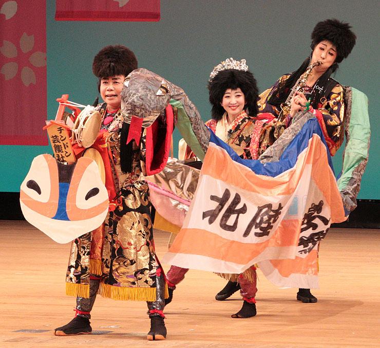 全日本チンドンコンクールで優勝した「チンドン芸能社美香」のパフォーマンス=県民会館