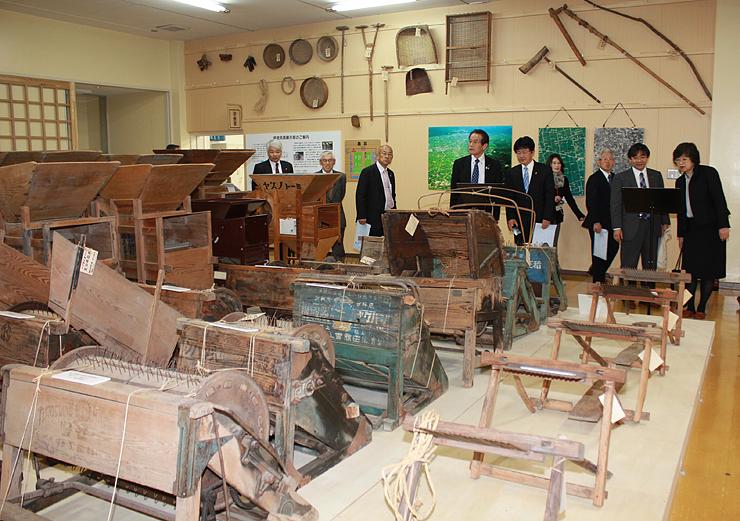 農具や家具など砺波地方の暮らしの道具が並ぶ砺波民具展示室=砺波市頼成