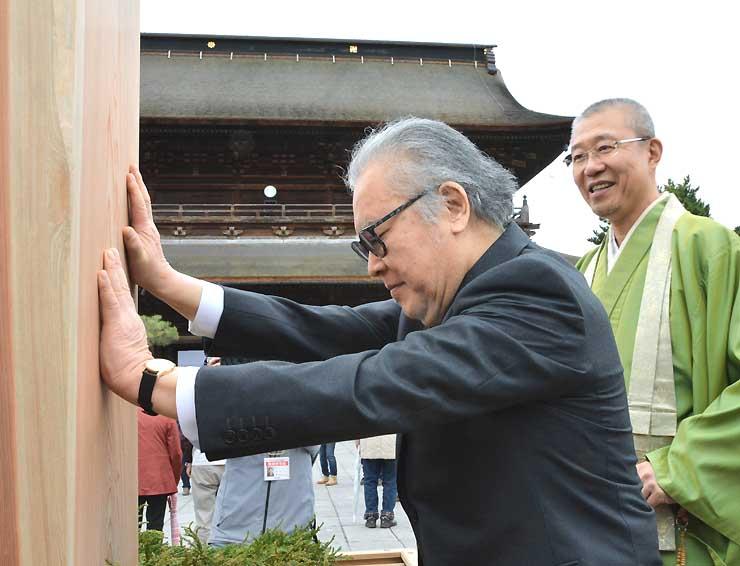御開帳を記念した朗読会の成功祈願に善光寺を訪れ、回向柱に触れる江守さん