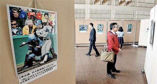 センバツ甲子園での敦賀気比の活躍を振り返る写真展=7日、県庁ホール