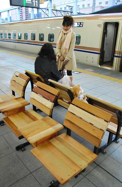 北陸新幹線の長野駅ホームに設置された県産材を使ったベンチ