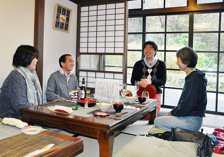 お客と談笑する店主の川嶋大地さん(右から2人目)=5日、佐渡市相川新五郎町
