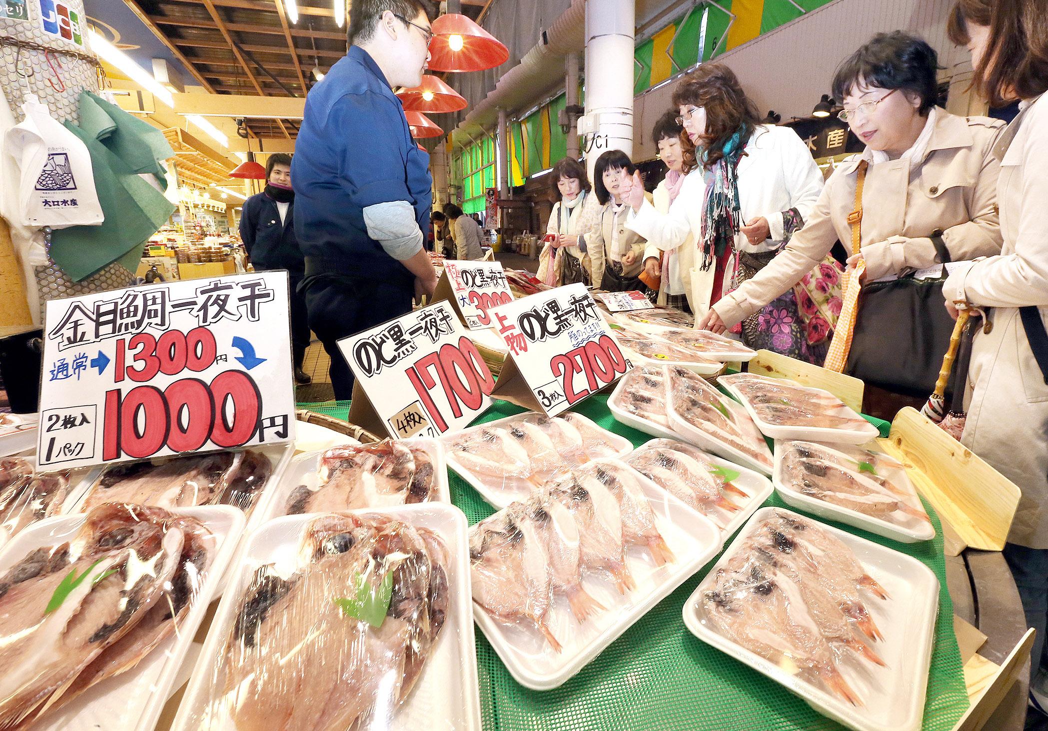 陸新幹線開業後、鮮魚店で土産物として人気を集めている干物=金沢市の近江町市場