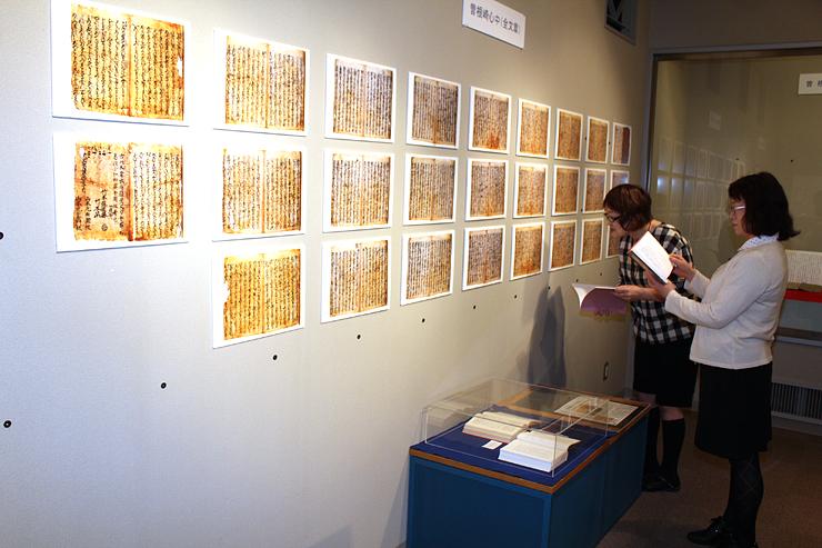 曽根崎心中初版本の全ページが写真で初公開されている「新川の文化財」展=黒部市のうなづき友学館