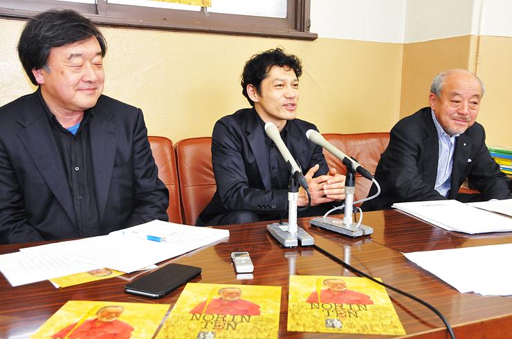映画の完成を報告する(左から)稲塚監督、松崎さん、松本会長=富山県庁