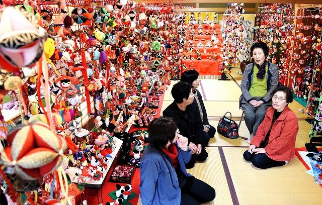 会場いっぱいに並ぶ手作りの飾り=福井県鯖江市神明町2丁目