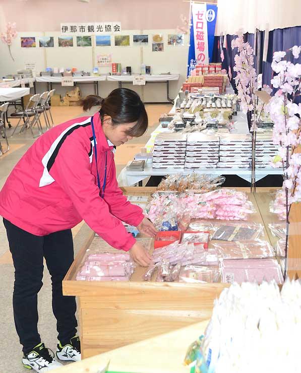 物産品を並べ、飲食スペースを設けた「Sakuraマーケット」