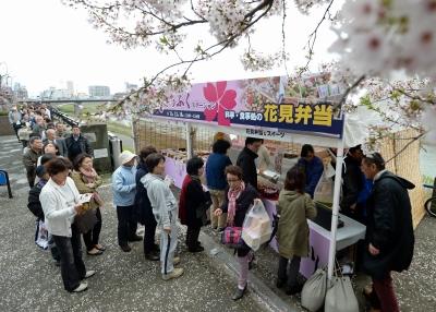 長い列をつくり、花見弁当を買い求める人々=11日、福井市中央3丁目