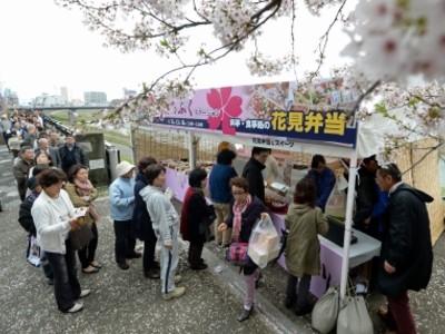 花より弁当長蛇の列 販売所オープン 福井・足羽川右岸
