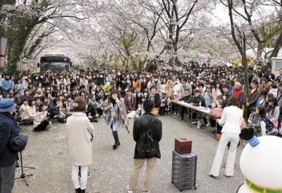 漫画で描かれた桜並木に大勢のファンが集まったファンミーティング=11日、あわら市山室のレンゴーグラウンド