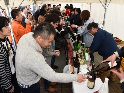 松本で地酒「呑み歩き」イベント おちょこ手に、違い味わう